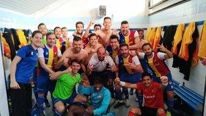 Los jugadores del Andorra celebran en el vestuario el triunfo ante el Borges Blanques.