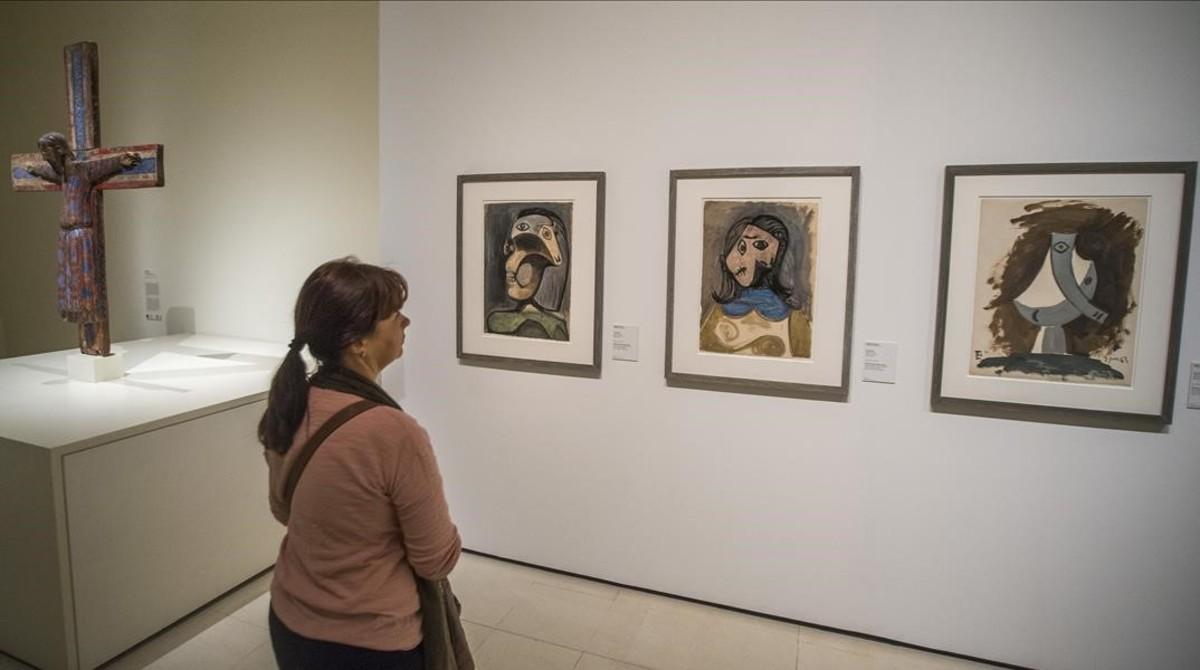 Un apartado de la muestra con tres obras de Picasso junto a 'La majestat Batlló'.