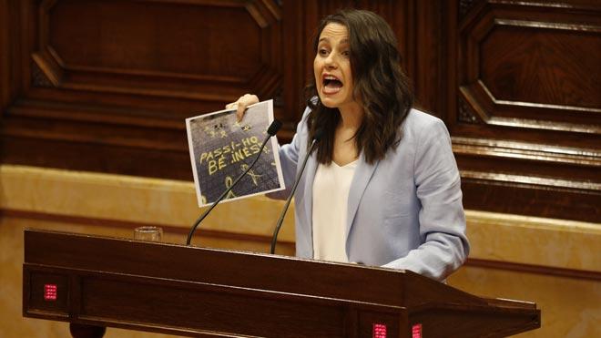 Arrimadas se despide del Parlament mostrando una pintada hecha en la calle donde vive.
