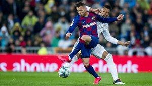 Arthur disputa el balón a Casemiro durante el Clásico del 1 de marzo.