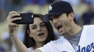Ashton Kutcher y su mujer, Mila Kunis, se hacen un selfi durante el descanso de un partido de baloncesto, el pasado 19 de octubre en Los Ángeles.