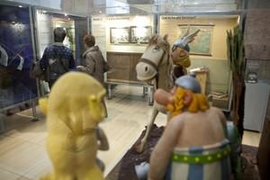 Astérix y Obélix observan desde su vitrina a los visitantes del Museu.