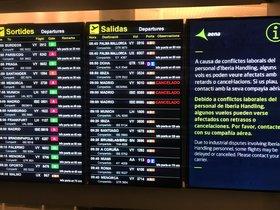Avisos de cancelaciones en los paneles del aeropuerto de El Prat esta mañana.