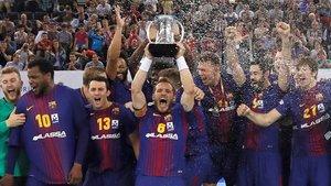 El Barça, celebrando la Copa del Rey del año pasada, lograda en Madrid ante el Logroño.
