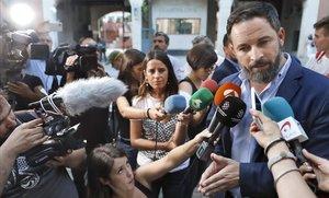 Santiago Abascal, a la puerta del cuartel de la Guardia Civil en Travessera de Gràcia, Barcelona.