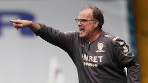 Bielsa da instrucciones durante el último partido del Leeds.