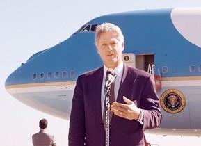 Bill Clinton, davant de lAir Force One.