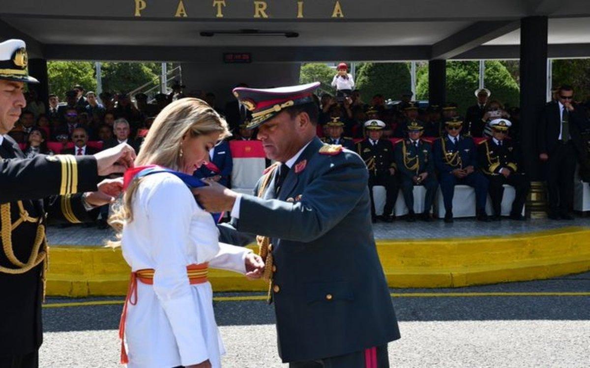 La presidenta de Bolivia,Jeanine Áñez, recibe el respaldo militar.