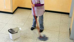 Una trabajadora de la limpieza, en una foto de archivo