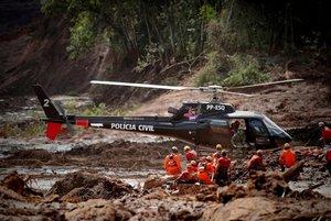 Bomberos y miembros de la policia trabajan en el rescate de las victimas de la ruptura de una presa en Brasil EFEAntonio Lacerda