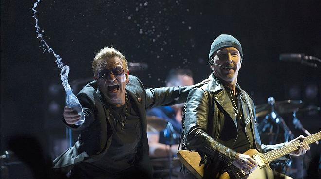 El cantante del grupo, Bono, junto al guitarrista The Edge antes del incidente en Toronto.