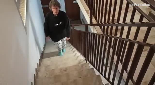 Carmen Muñoz hace ejercicio en las escaleras de casa durante el confinamiento.
