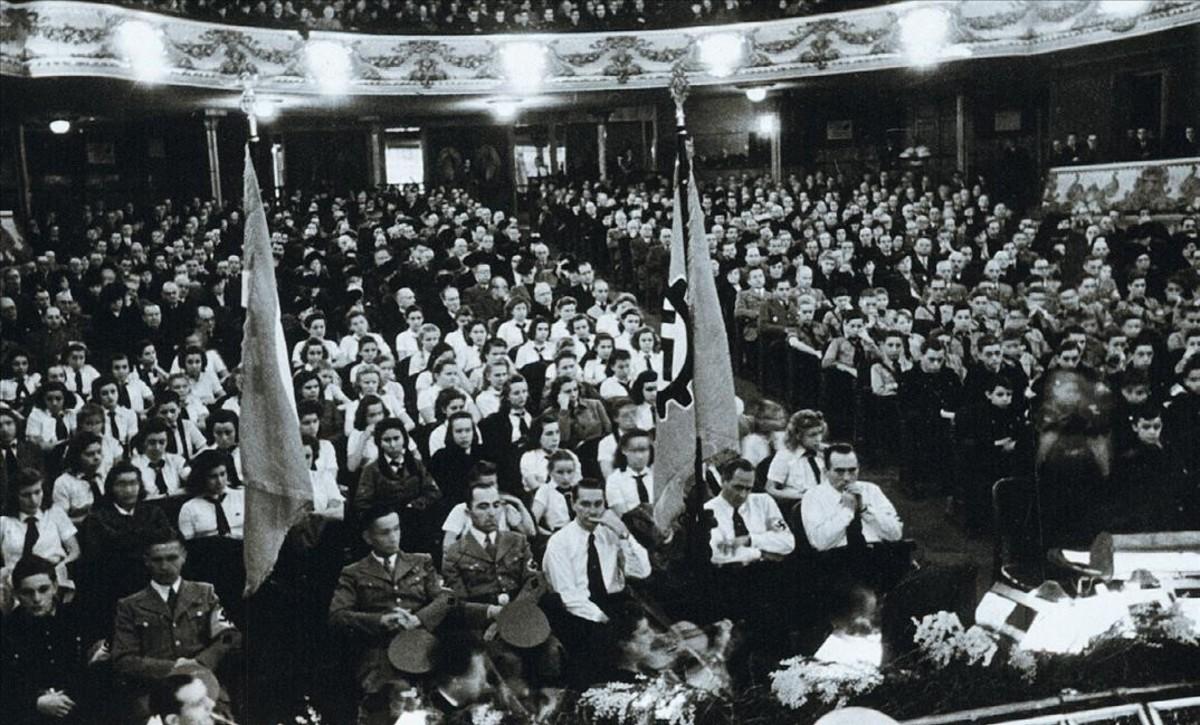Celebración, el 31 de enero de 1943, en el Teatre Tívoli, del 10º aniversario de la llegada de los nazis al poder. Duranteel acto se entonaron los himnos nacionales y el Siegl Heil a Hitler yse tocó 'La marcha de los Nibelungos' de Wagner, del libro 'Nazis a Barcelona', de Mireia Capdevila y Francesc Vilanova.