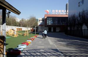 Un niño y su padre a la entrada de una guardería en Pekín.