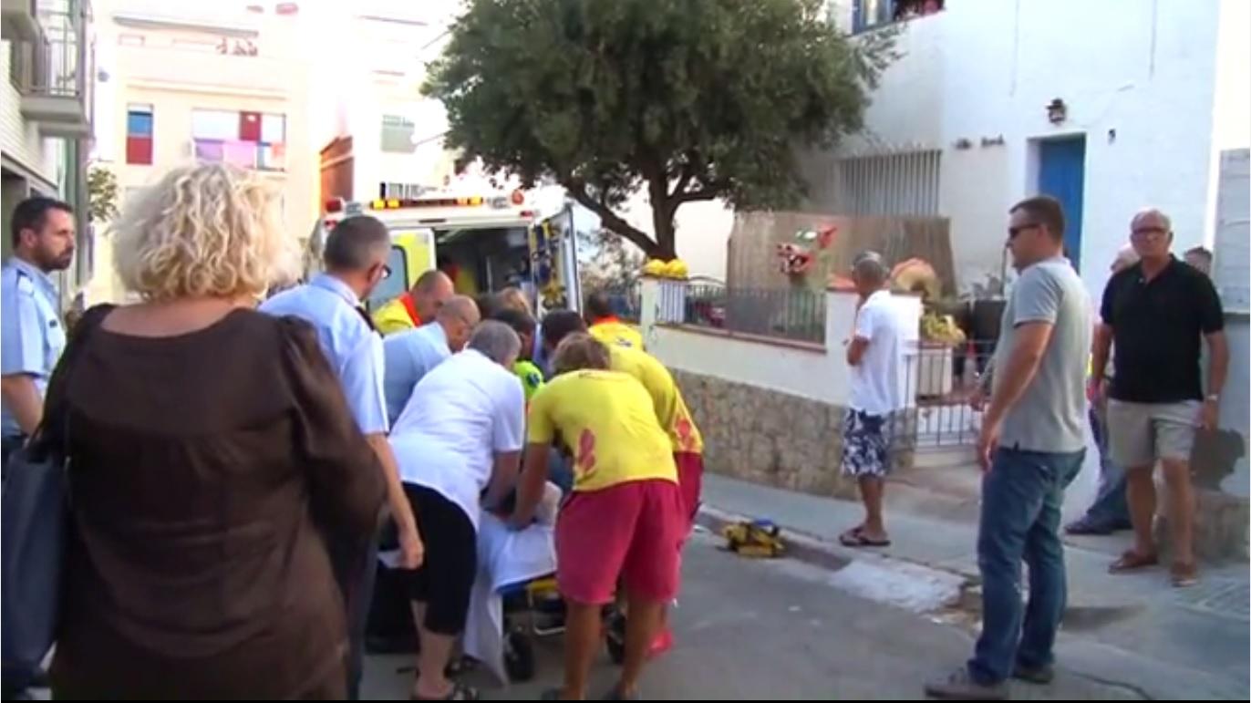 Els serveis demergències atenen els cinc ferits després de caure duna terrassa a Sitges.