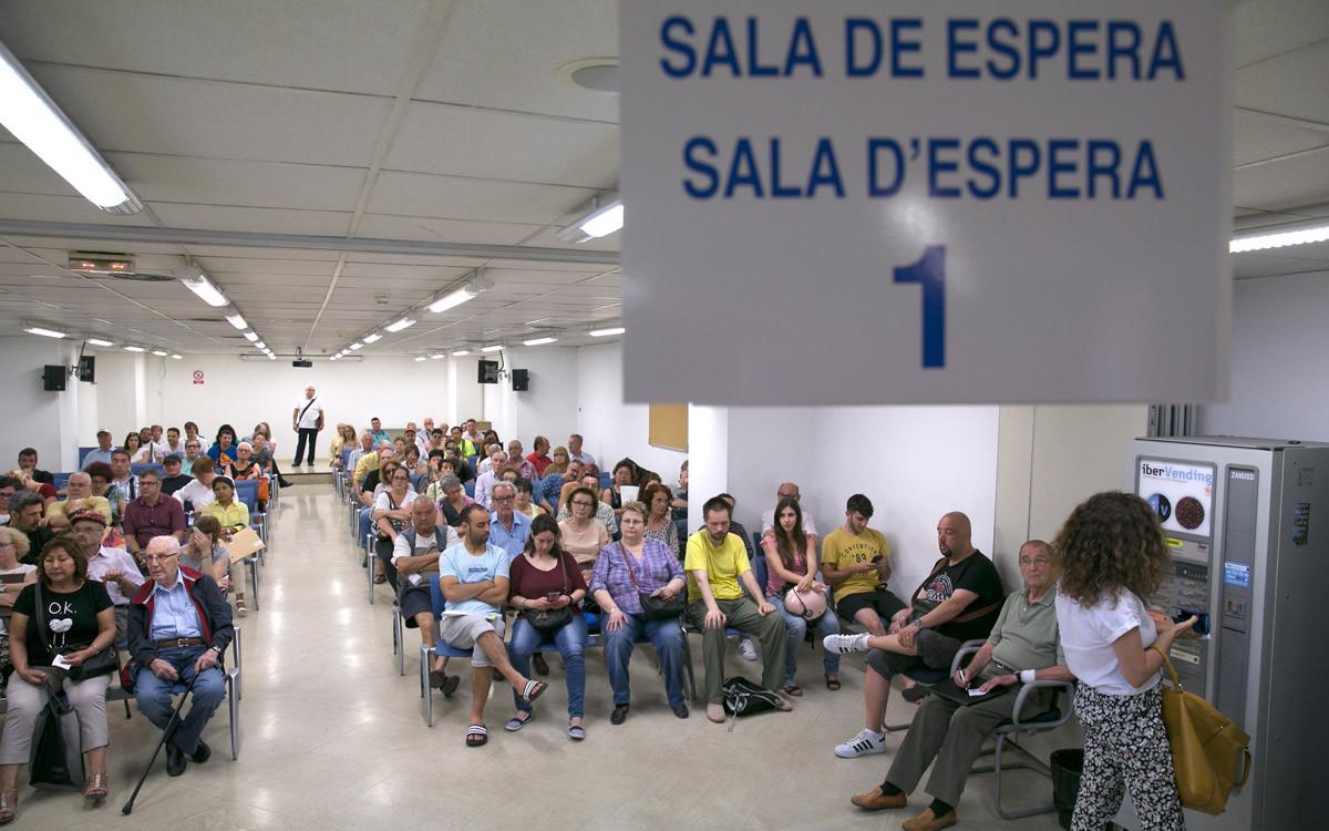 Ciudadanos esperando a hacer la declaración de la renta en las oficinas de la Agencia Tributaria en una campaña anterior.