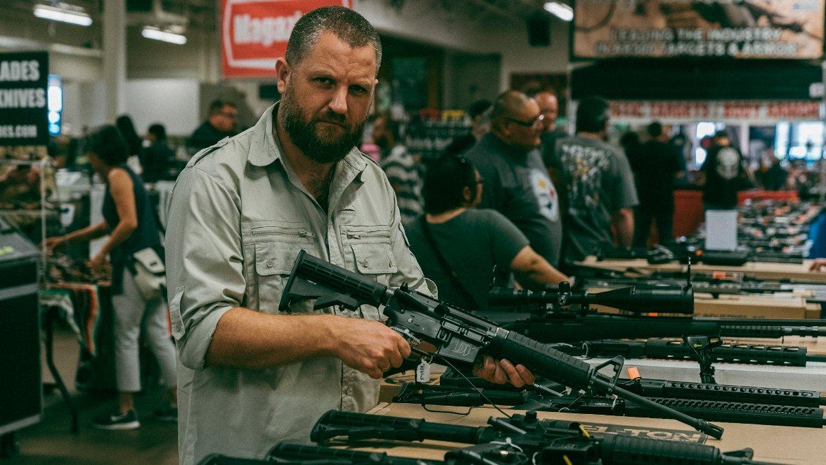 David Beriain, en el reportaje de Clandestino (DMax) sobre el tráfico de armas.