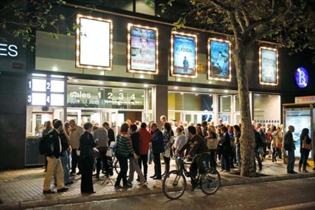 Colas a las puertas del los cines Aribau de Barcelona en la Fiesta del Cine en una de sus últimas ediciones.