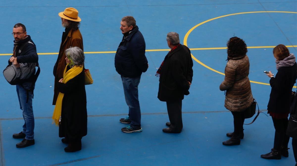 Los votantes hacen cola en la Salle Gràcia, en Barcelona.