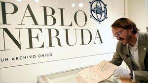 El coleccionista Santiago Vivanco muestra la primera edición de 'Veinte poemas de amor y una canción desesperada' que Pablo Neruda dedicó a Gabriel García Márquez.