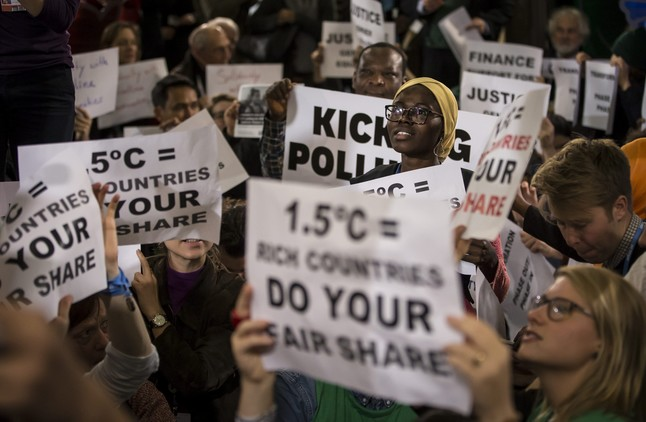 Un grupo de representantes de las ONG, en una protesta durante la conferencia de París, el pasado diciembre, sobre el cambio climático.