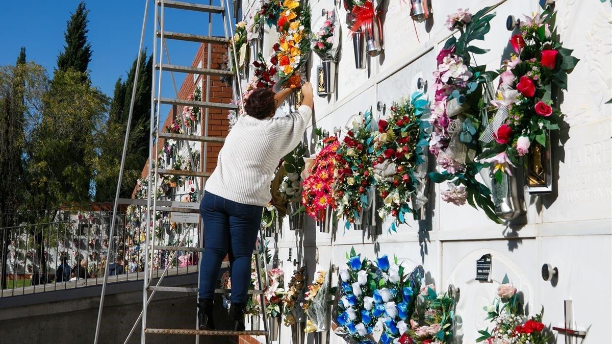 Coronas de flores en nichos del cementerio de Sabadell.