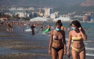 Mujeres con mascarilla en la playa de La misericordia, en Málaga.
