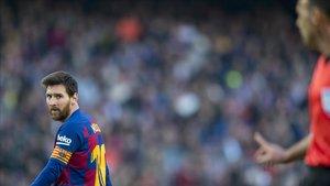 Cuadra Fernández, el árbitro del Barça-Getafe, se dirige a Messi en el Camp Nou.