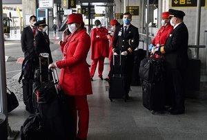 MADRID 19/03/2020.-Personal de vuelo este jueves la T-4 del Aeropuerto de Madrid-Barajas durante la cuarta jornada laboral de aislamiento para frenar el avance del coronavirus. EFE/Fernando Villar