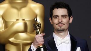 Damien Chazelle posa con el Oscar a mejor director por el musical La la land(2017)