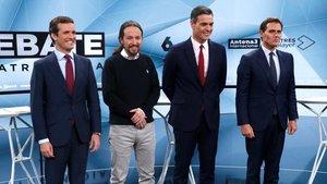 Los candidatos a presidir el Gobierno de España tras las elecciones generales, Pablo Casado, Pablo Iglesias, Pedro Sánchez y Albert Rivera antes del inicio del segundo debate electoral a cuatro celebrado este martes en la sede de Atresmedia, en Madrid.
