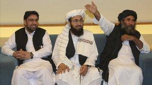 La delegación de los talibanes con su líder , el mulá Abudl Salam Zaeef (derecha), en Doha.