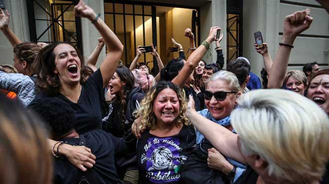 Los concentrados celebrando que han parado el desalojo.