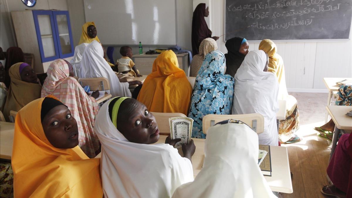 Jóvenes desplazadas por los ataques de Boko Haram acuden a clase en Maiduguri, Nigeria