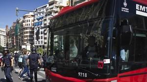 Un autobús de València siendo protegido por la Policía Nacional en una huelga general, en una imagen de archivo