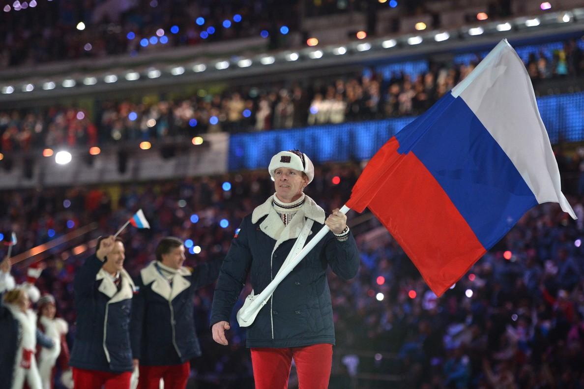 Alexandr Zubkov, con la bandera rusa en el desfile de Sochi, es uno de los deportistas sancionados por dopaje.