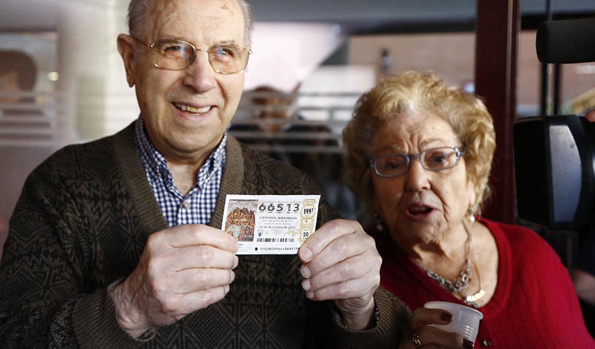 Dos afortunados, con un décimo del gordo de la Lotería de Navidad 2016.