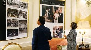 Dos de los paneles que forman parte de la muestra fotográfica que recorre los cien años del Palace, en el vestíbulo del hotel.