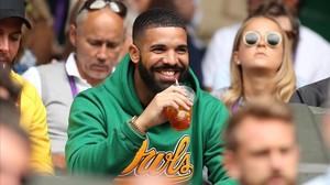 Drake, sonriente, durante un partido del torneo de tenis de Wimbledon, este miércoles.
