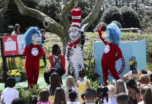 Michelle Obama llegeix un conte a uns nens durant la 137a edició de la cursa anual dels ous de Pasqua, celebrada a la Casa Blanca, a Washington.