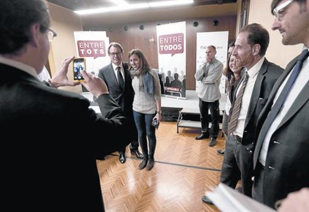 Epíleg cordial 8 Mas es fotografia amb els participants una vegada finalitzat el debat.