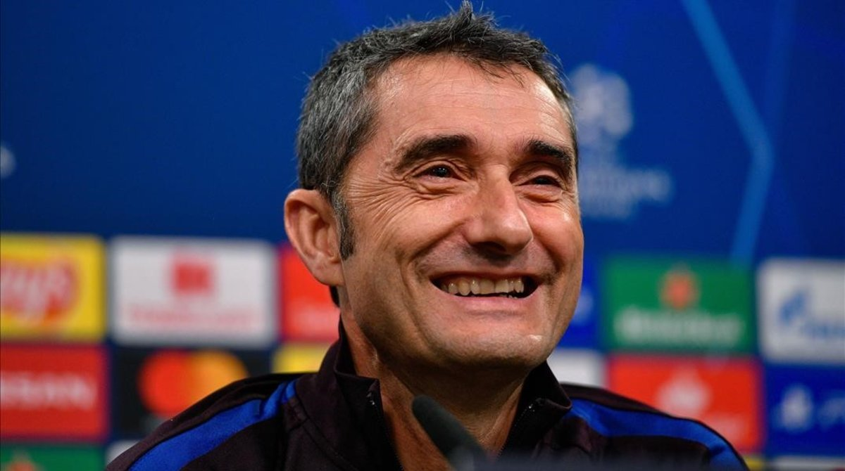 Ernesto Valverde sonríe al escuchar una pregunta de los periodistas antes del Borussia-Dortmund-Barça.