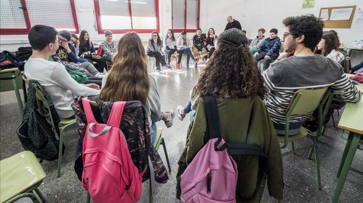 Estudiantes de segundo de la ESO asisten a un taller dedicado a la violencia machista, en el instituto Ramón Berenguer IV de Santa Coloma, el pasado curso escolar.