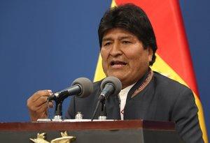 AME8538. LA PAZ (BOLIVIA), 31/10/2019.- El presidente de Bolivia, Evo Morales, habla este jueves durante una comparecencia en La Paz (Bolivia). Morales instó este jueves a sus seguidores y a la oposición a que cese la violencia, para calmar la tensión en el país en espera de que la OEA investigue las denuncias de fraude electoral. Evo Morales reclamó en una comparecencia en La Paz que para empezar a pacificar Bolivia es necesario que sus afines levanten los bloqueos y los opositores cesen los paros de protesta. EFE/Martín Alipaz