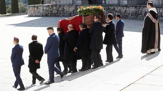 Exhumación de Franco: la familia del dictador arropan el féretro.
