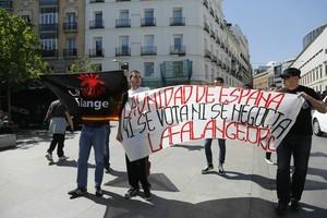 Varios miembros de la ultraderecha se manifiestan contra la independencia de Catalunya, en las inmediaciones del Congreso.