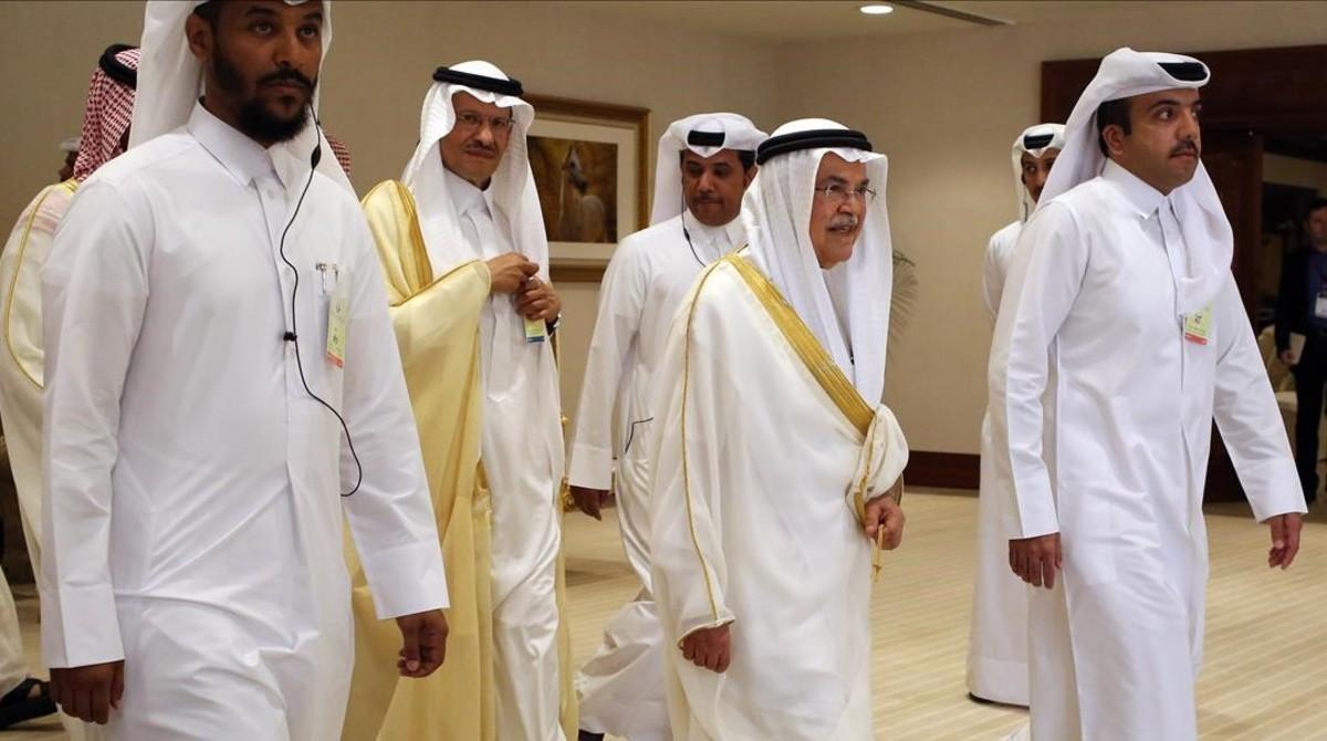 El ministro saudí del Petróleo, Ali al-Naimi, segundo por la derecha, a su llegada a la cumbre de Doha.
