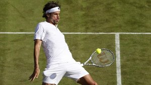 Feliciano López devuelve una bola ante Khachanov en Wimbledon.