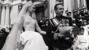 Grace Kelly y el príncipe Rainiero, tras su boda en la catedral de San Nicolás, el 19 de abril de 1956.
