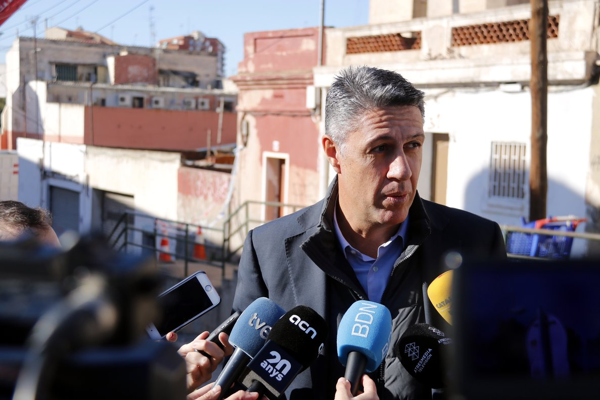 Xavier Garcia Albiol explicando que pedirán al Ayuntamiento de Badalona que detenga las obras de derribo del edificio del barrio de La Salut de Badalona.